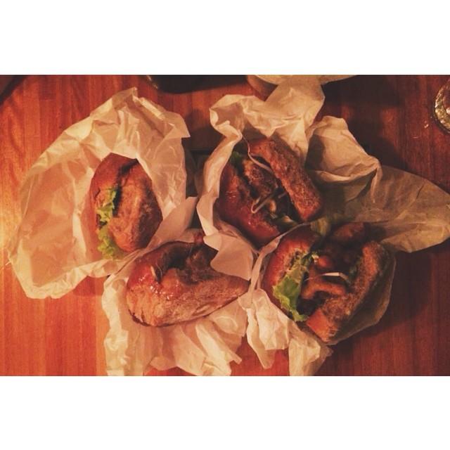 Nossos hamburguers na Comuna! <3