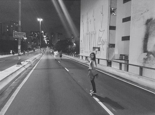 Sophia andando de skate no minhocão